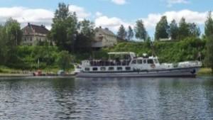 Båten legger til kai rett ved hotellet