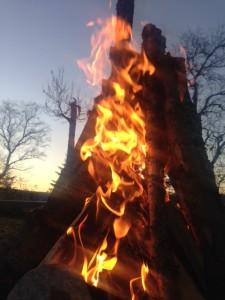 Vi samles rundt bålet